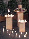 Urne mit Urnenkranz auf Holzstelen